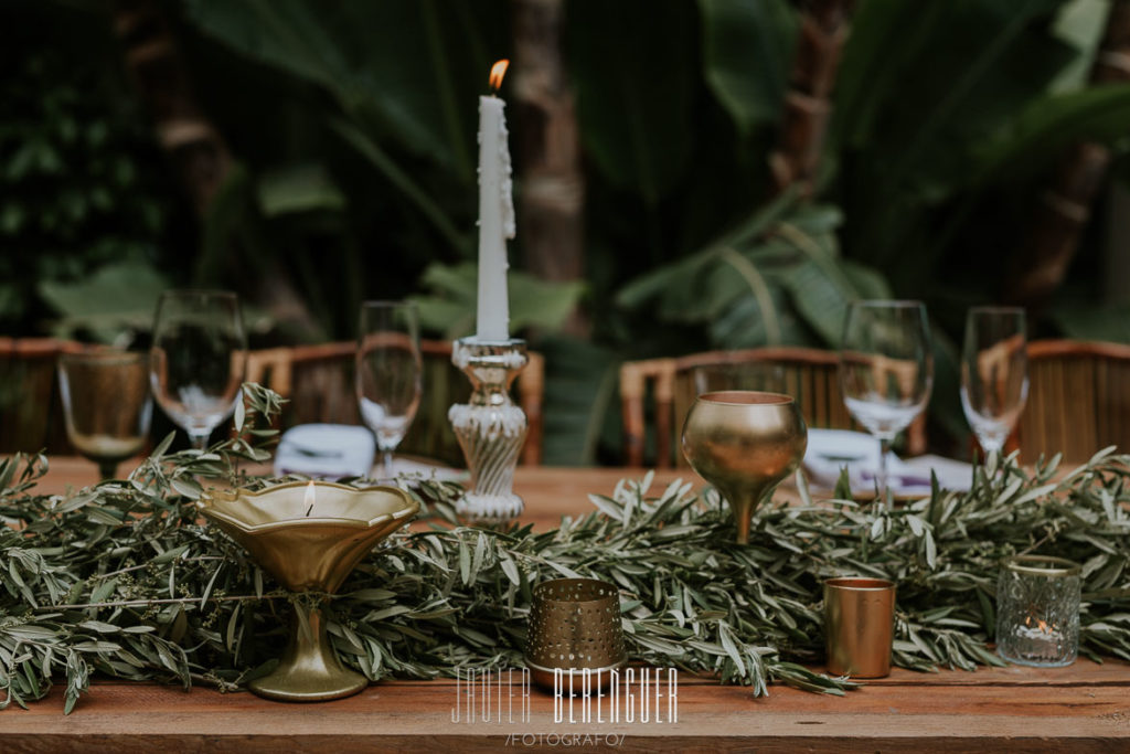 guirnalda de verde con velas doradas